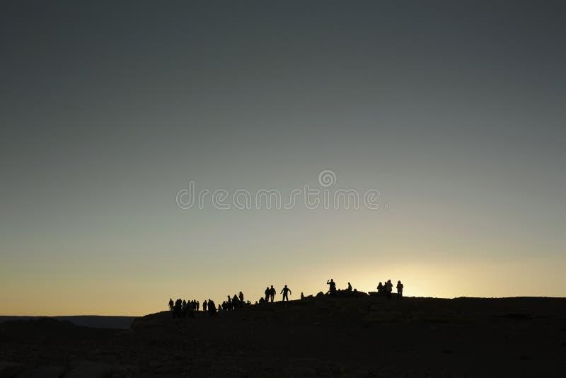 La gente sta su una duna di sabbia immagine stock libera da diritti