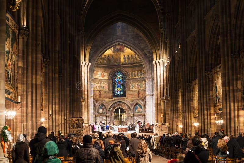 La gente su funzione religiosa nella cattedrale di Strasburgo fotografia stock libera da diritti