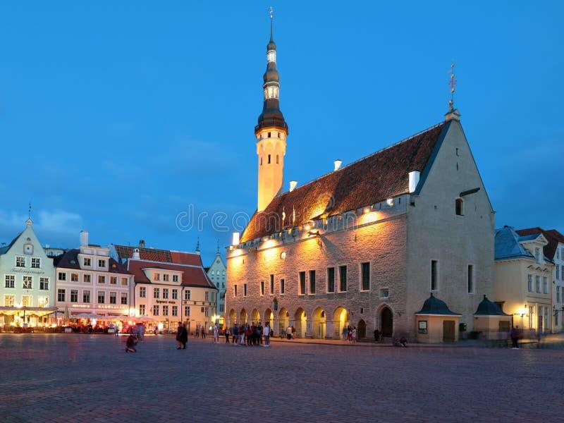 La gente su municipio di notte quadra a Tallinn, Estonia immagine stock