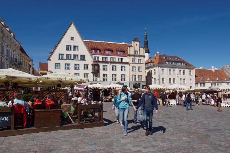 La gente su municipio quadra a Tallinn, Estonia immagini stock
