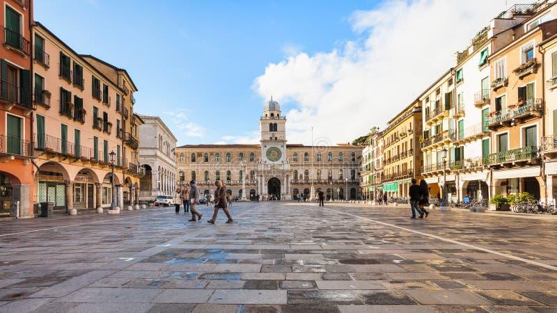 La gente su Signori di dei della piazza a Padova in autunno immagini stock libere da diritti
