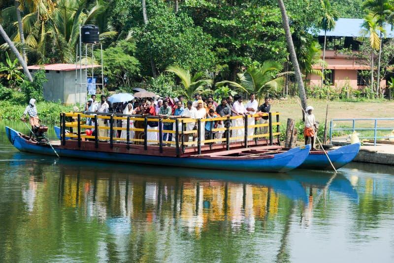 La gente su un traghetto vicino a Kollam sugli stagni del Kerala, India fotografia stock