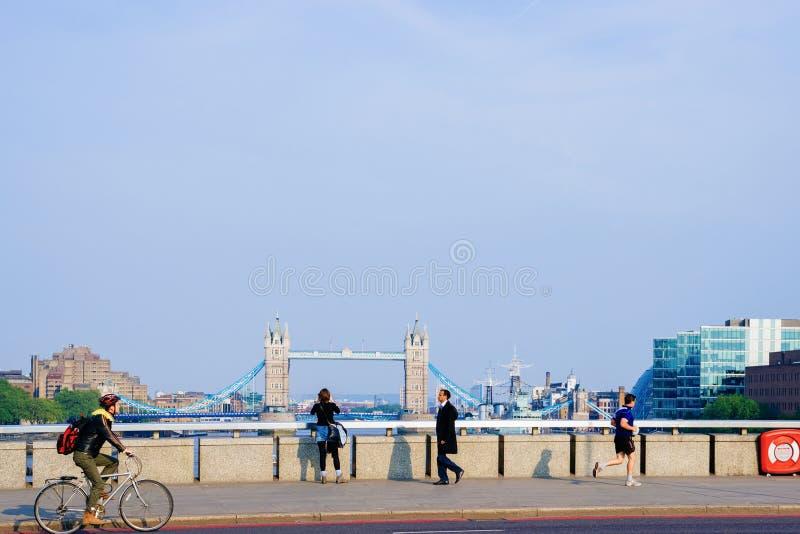 La gente sul bankside al ponte della torre a Londra fotografie stock libere da diritti