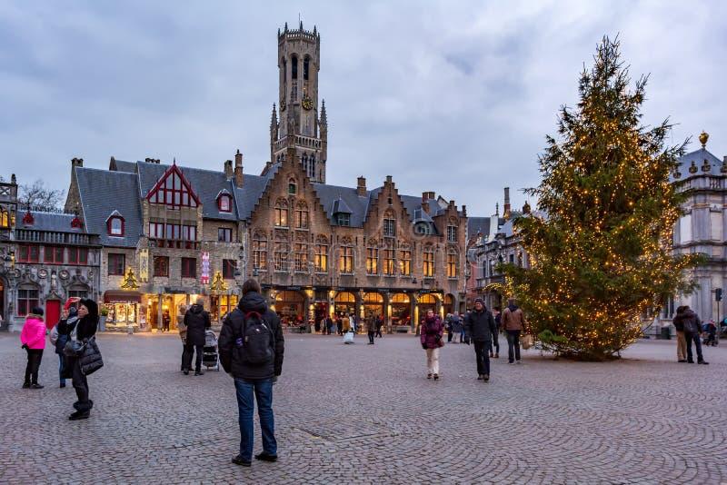 La gente sul grande quadrato Markt del mercato nel centro di Bruges immagini stock libere da diritti