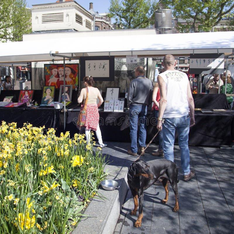 La gente sul mercato di arte di Amsterdam su rembrandtplein fotografia stock