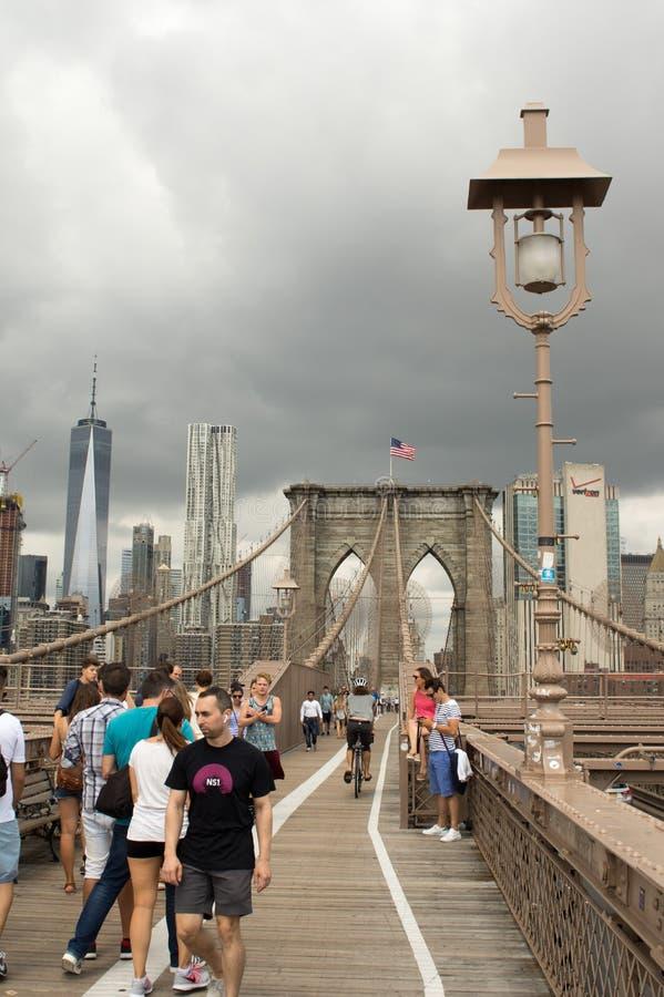 La gente sul ponte di Brooklyn immagine stock