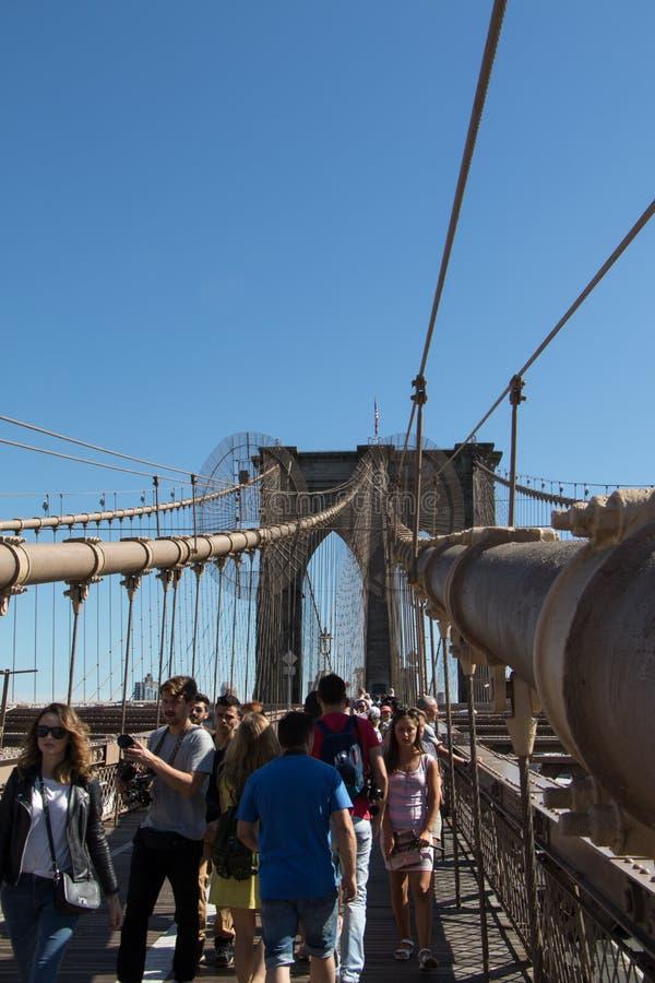 La gente sul ponte di Brooklyn New York immagine stock