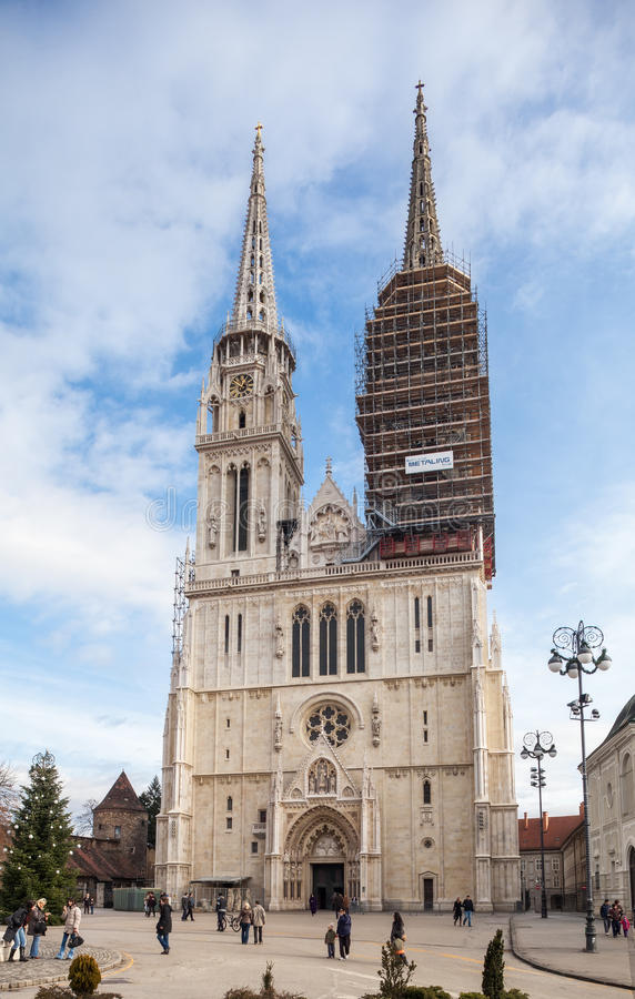 La gente sul quadrato di Kaptol davanti alla cattedrale di Zagabria immagini stock