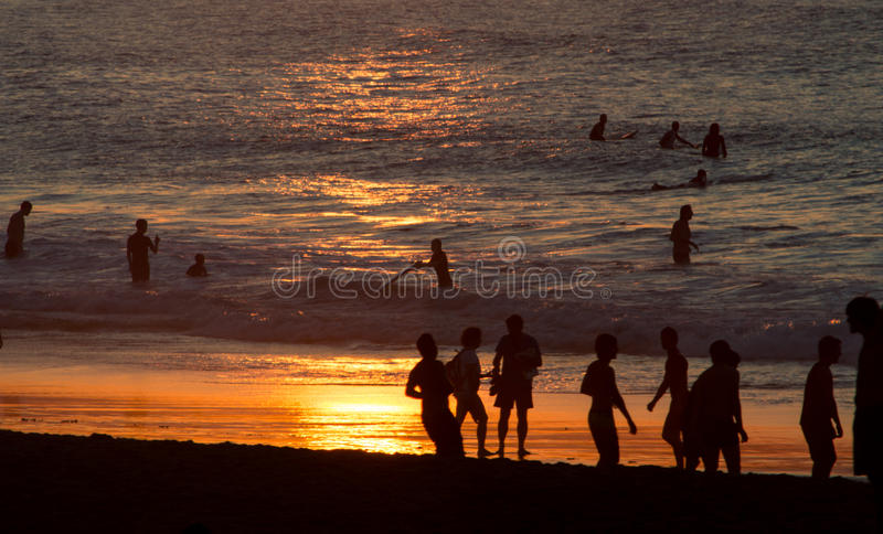 La gente sul tramonto della spiaggia fotografie stock libere da diritti