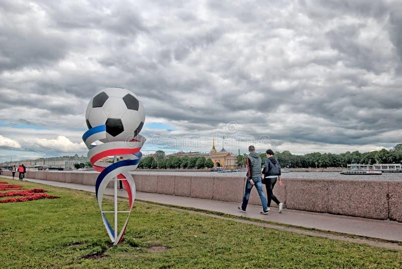 La gente sull'argine dell'università di Universitetskaya a St Petersburg La Russia immagini stock