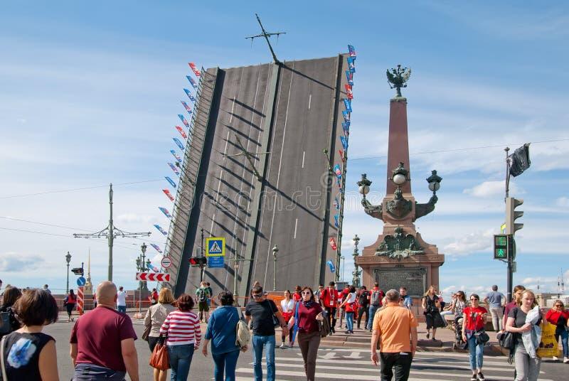 La gente sull'attraversamento vicino al ponte della trinità St Petersburg La Russia fotografia stock