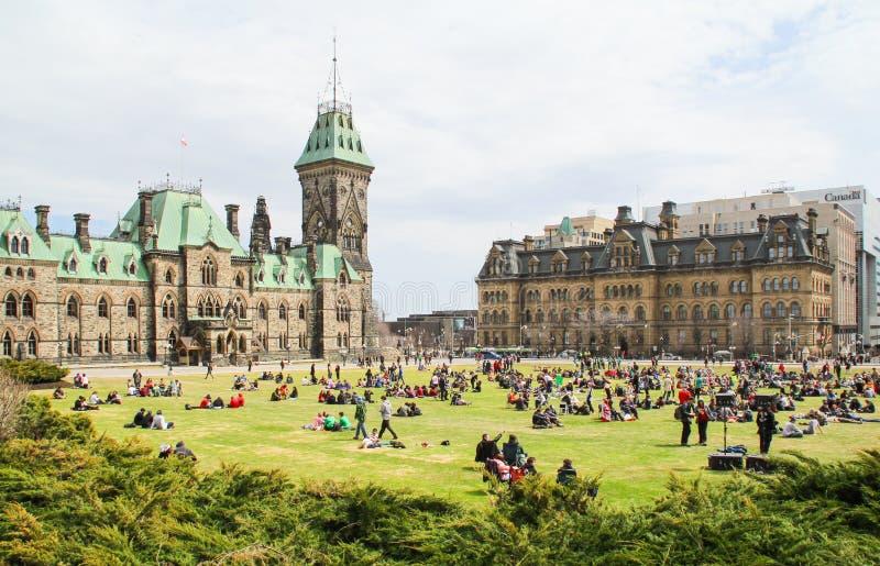 La gente sulla collina del Parlamento in Ottawa immagini stock libere da diritti
