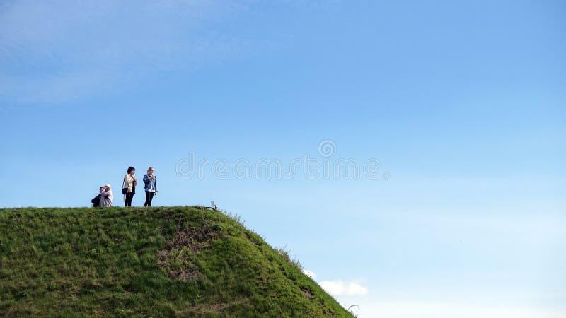 La gente sulla collina verde fotografia stock libera da diritti
