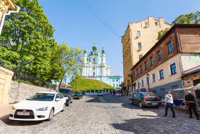 La gente sulla discesa di Andriyivskyy e sulla vista della chiesa immagini stock