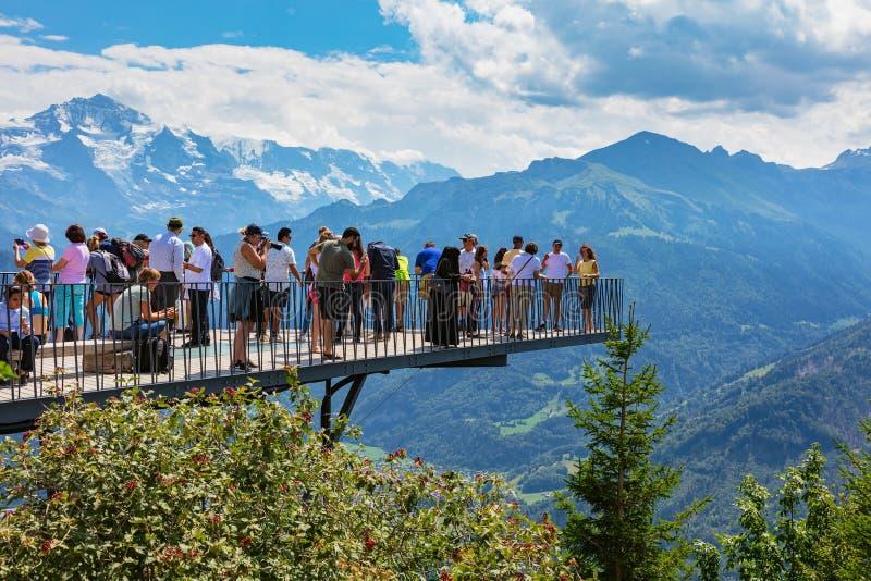 La gente sulla piattaforma di osservazione sulla cima del Mt Harderkulm immagine stock