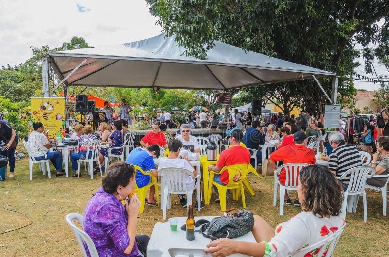 La gente sulla piazza pubblica che gode di domenica sul Praça Bolivi immagini stock