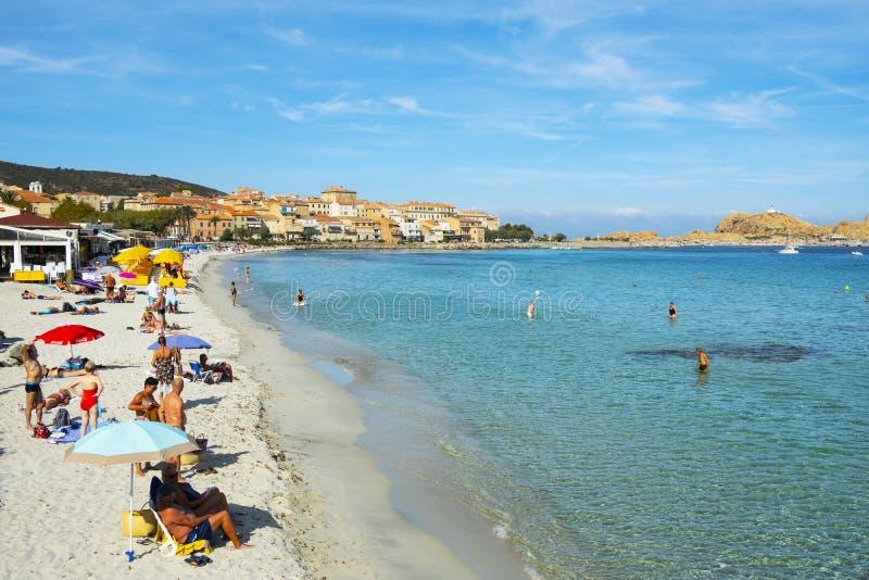 La gente sulla spiaggia in Ile-Ruse, Corsica, Francia immagini stock