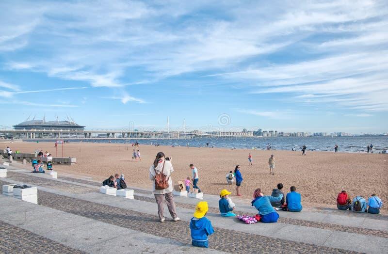 La gente sulla spiaggia vicino al golfo St Petersburg La Russia immagini stock libere da diritti