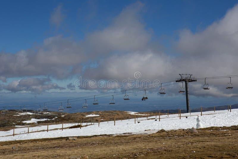 La gente sulla stazione sciistica della montagna in Serra da Estrela immagine stock libera da diritti