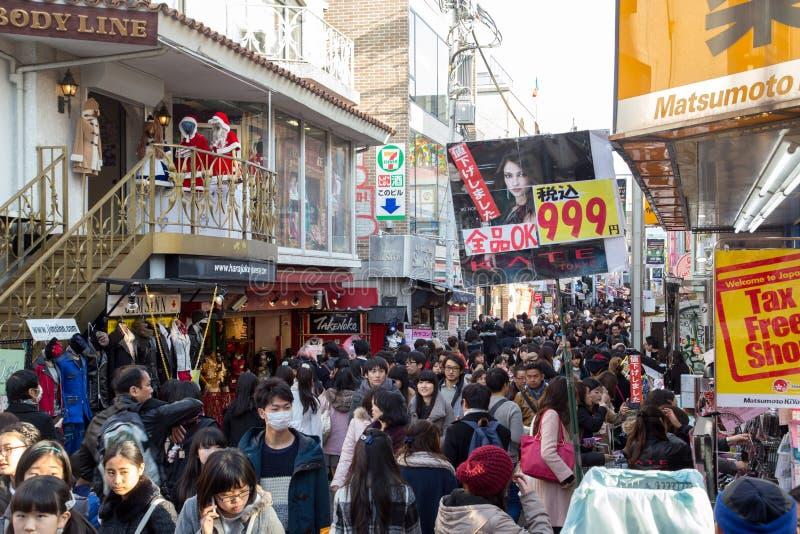 La gente sulla via di Takeshita a Tokyo, Giappone fotografia stock