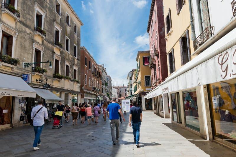 La gente sulla via a Venezia, Italia fotografie stock
