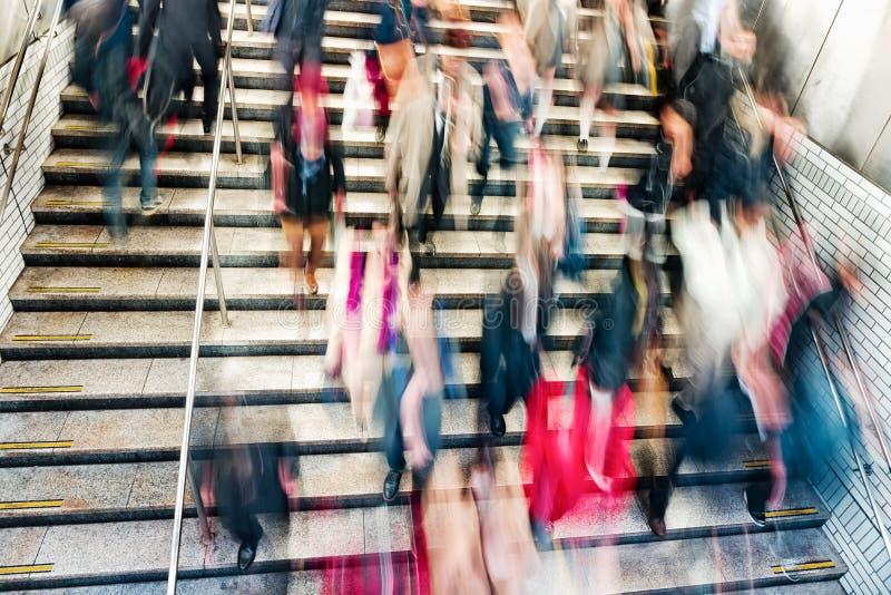 La gente sulle scale mobili nella stazione della metropolitana fotografie stock libere da diritti