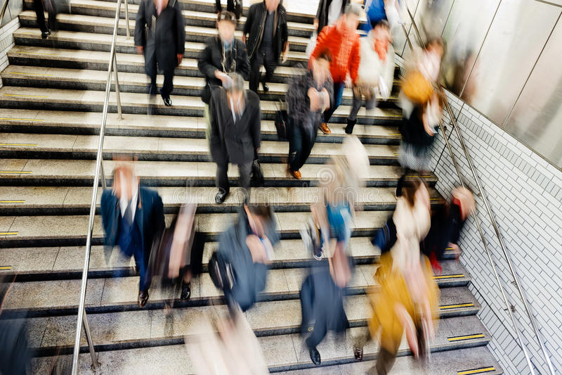 La gente sulle scale mobili nella stazione della metropolitana immagini stock