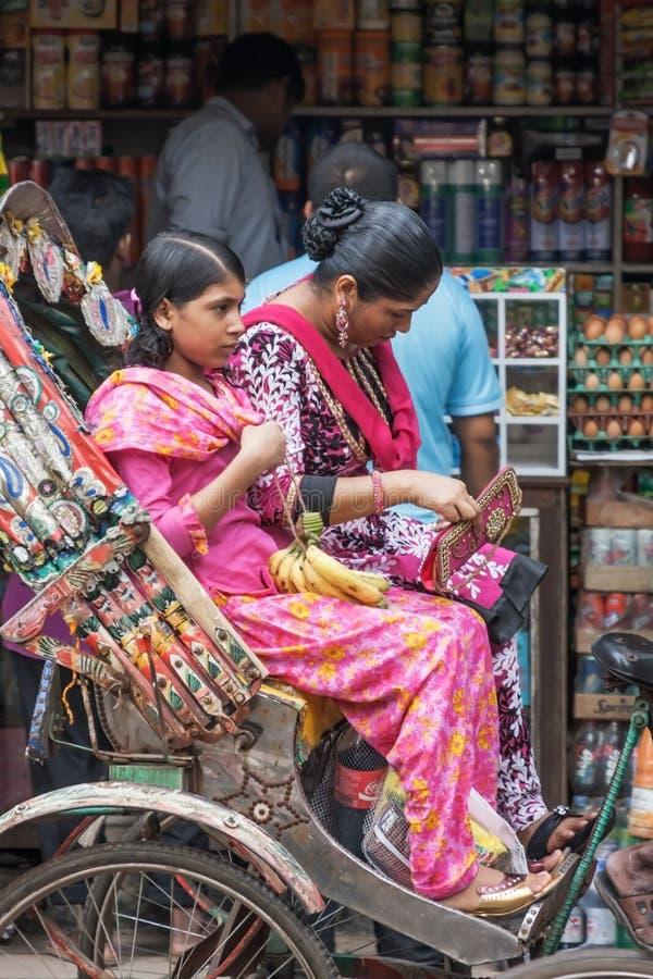 La gente sulle vie del Bangladesh fotografia stock