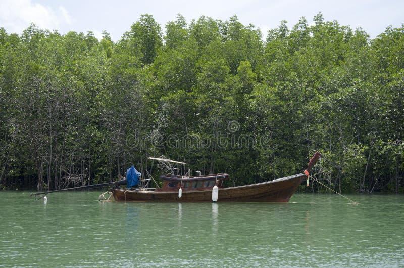 La gente tailandesa asiática para el barco de madera clásico en el mar cerca de Mangr fotos de archivo