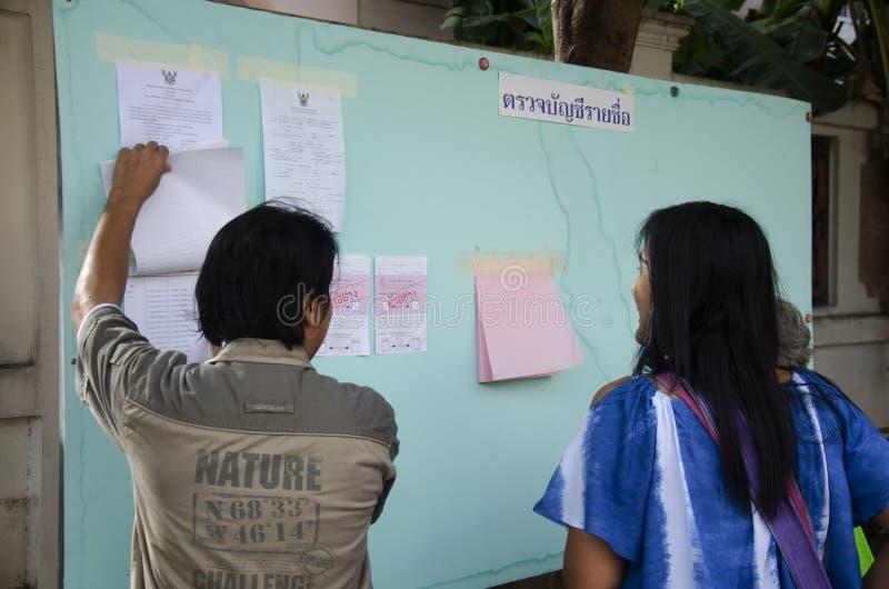 La gente tailandesa constitutiva utiliza la votación para el descenso de la elección del voto en el bal fotos de archivo libres de regalías