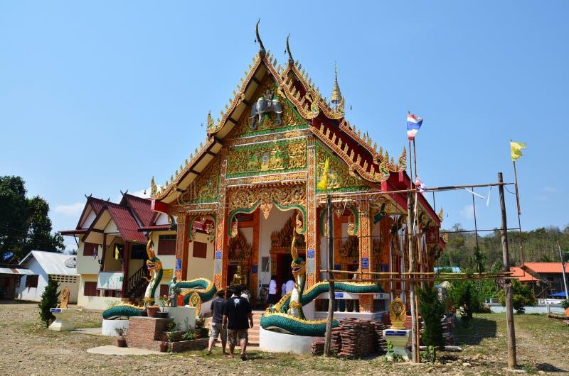 La gente tailandesa de Travlers va al templo de Wat Don Moon para rogar fotos de archivo libres de regalías