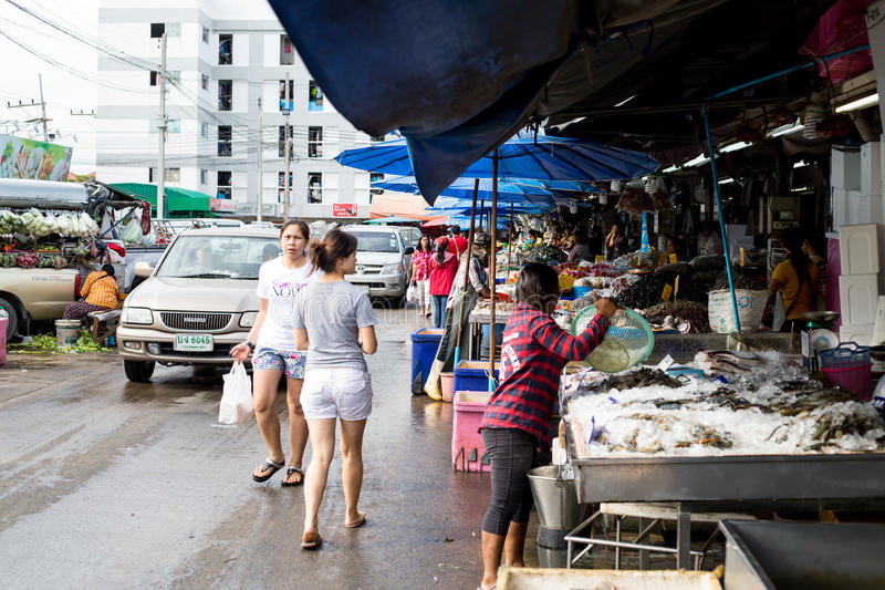 La gente tailandesa encuentra y compra el mar materia prima en Pathumtani foto de archivo