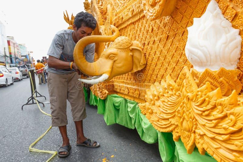 La gente tailandesa no identificada mira al trasluz a Carver en el festival tradicional de la procesión de la vela de Buda imagen de archivo
