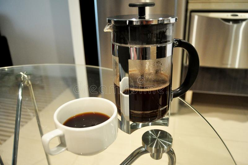 La gente tailandesa utiliza el fabricante de café del goteo o el café caliente hecho goteador para beber foto de archivo