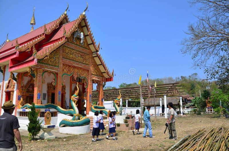 La gente tailandese di Travlers va al tempio di Wat Don Moon per pregare fotografia stock libera da diritti