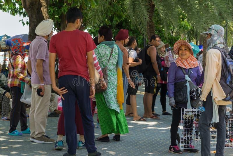 La gente tailandese stava provando a vendere i vetri di sole e l'altra roba ad un gruppo indiano di turisti fotografia stock libera da diritti