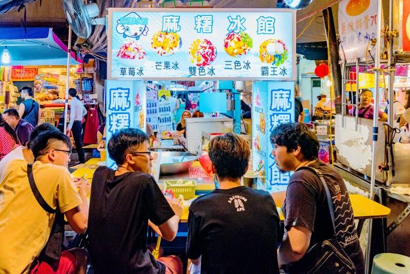 La gente taiwanesa que se sienta en un postre afeitado del hielo se coloca fotografía de archivo libre de regalías