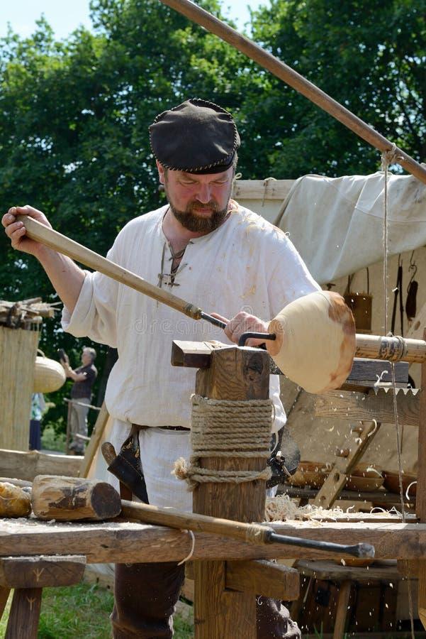 La gente talla la madera fotografía de archivo libre de regalías