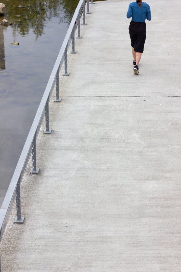 la gente tiene un paseo que ejercita en parque de la ciudad fotografía de archivo libre de regalías
