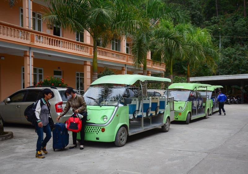 La gente toma los e-coches para circundar la ciudad en Dalat, Vietnam fotografía de archivo