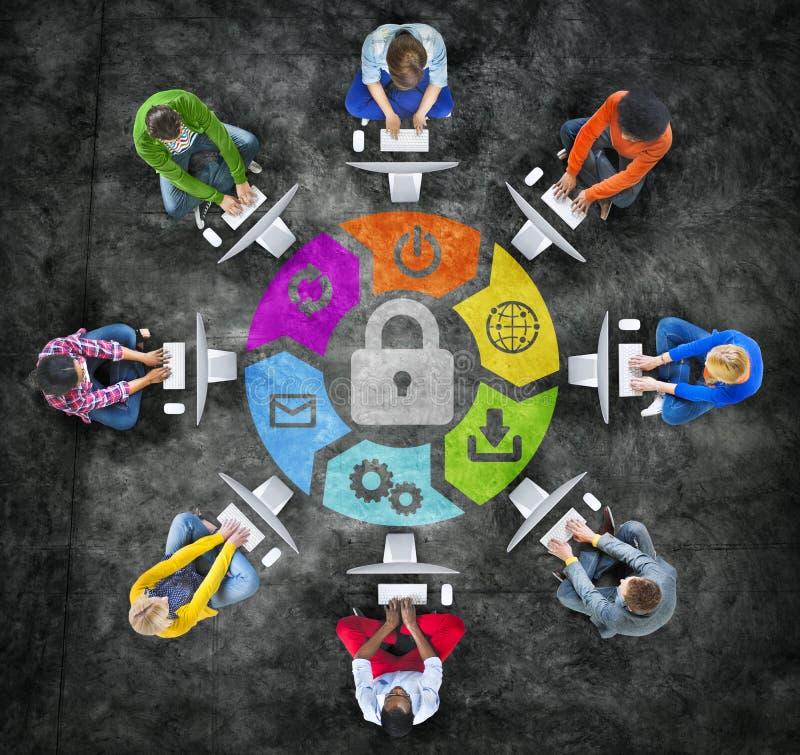 La gente in un cerchio facendo uso del computer con il concetto di sicurezza illustrazione di stock