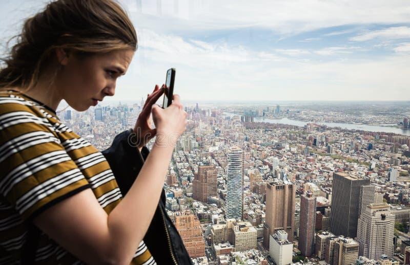 La gente in un osservatorio del mondo in New York fotografia stock