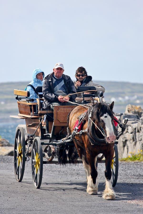 La gente in una carrozza a cavalli, Inisheer, isola di Aran, Irlanda immagini stock libere da diritti