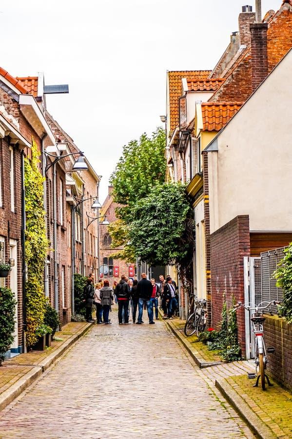 La gente in una delle vie strette di Zwolle nei Paesi Bassi fotografie stock