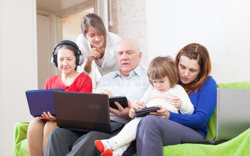 La gente utilizza i vari computer portatili immagine stock libera da diritti