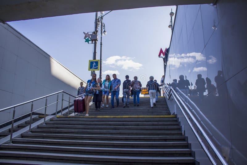 La gente va abajo de las escaleras en el subterráneo foto de archivo libre de regalías