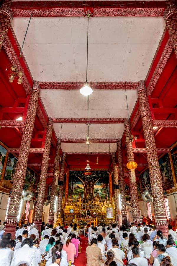 La gente va al templo para la filantropía el Asalha Puja Day el 19 de julio de 2016 en el templo de Wat Pong Sanook, Chiang Sean, imagen de archivo