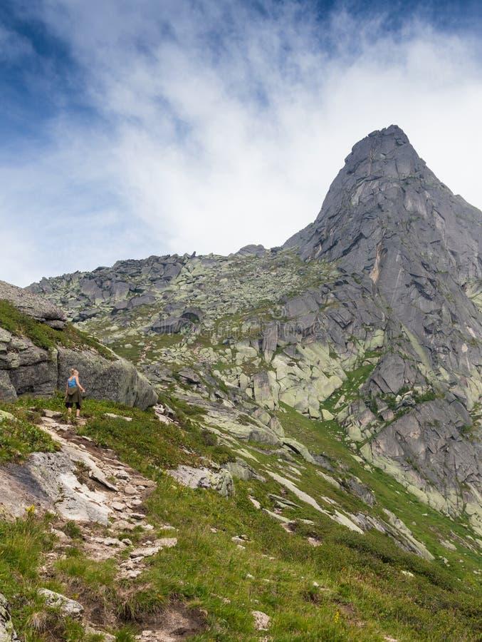 La gente va alle montagne, su un buon percorso immagini stock libere da diritti