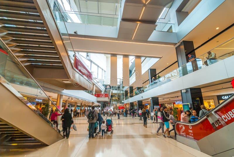 La gente va a fare spese, centro commerciale Barcenlona interno, Spagna fotografia stock