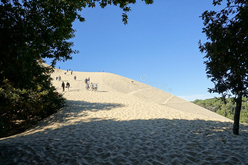 La gente va para arriba en la duna imagen de archivo